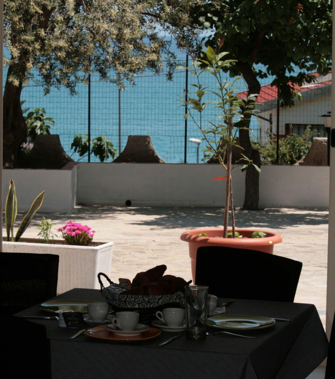 sala colazione con vista giardino